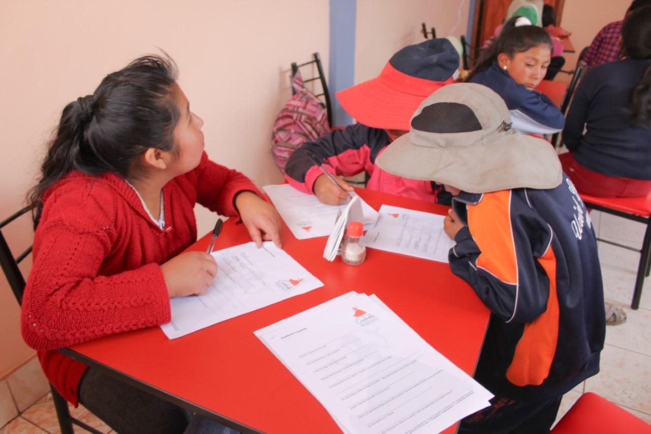 Kinder füllen Steckbrief aus